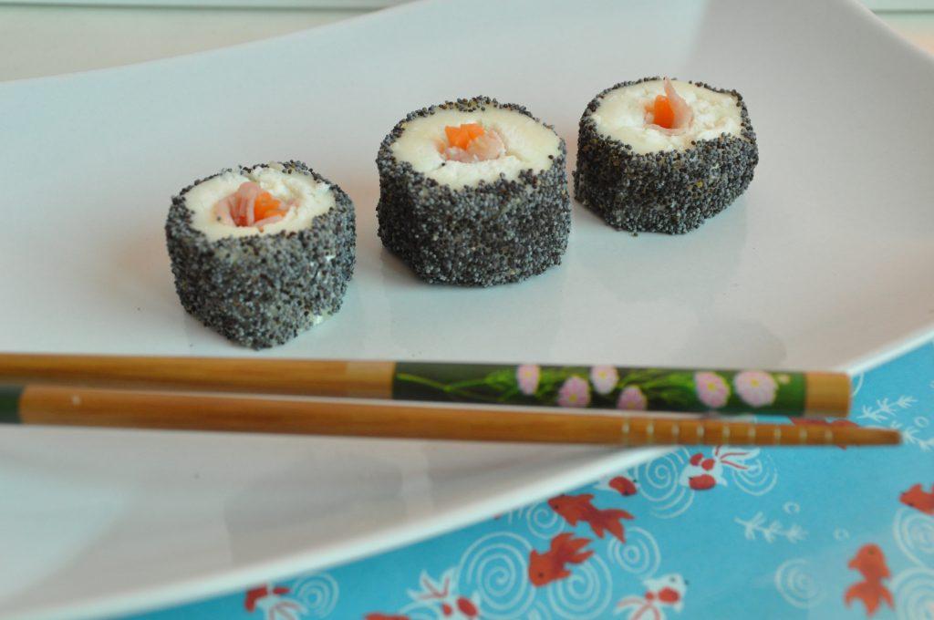 Sushi finto con formaggio e semi di papavero
